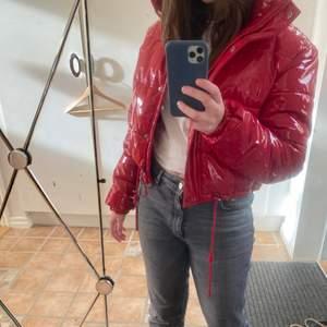 En röd puffer jacket från Bershka. Köpt förra året och är i jätte fint skick💕 Buda från 300kr (säljer ENDAST vid bra bud) eller köp direkt för 600kr. Obs frakt tillkommer!
