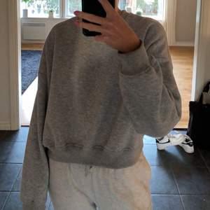 Grå sweatshirt i storlek M men passar även S, superfin och mjuk. Använd 1 gång så man skulle nästan kunna säga nyskick.