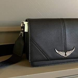 Jättefin Zadig & Voltaire väska. Köpt i somras så väskan är i bra skick. Sista bilden är lånad. Skriv privat vid intresse.💕