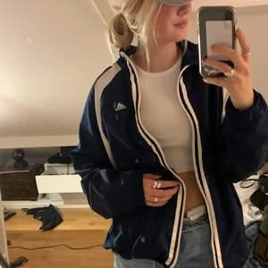 Säljer min mörkblåa vintage Adidas windbreacker jacka 💞💞 Jack är oversized!