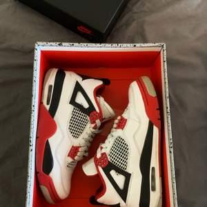 !SÄLJER! Air Jordan 4 fire red, storlek 40. Skulle säga att de mer sitter som ett par 39or. Köpta i november, sparsamt använda. Hör av er vid frågor!