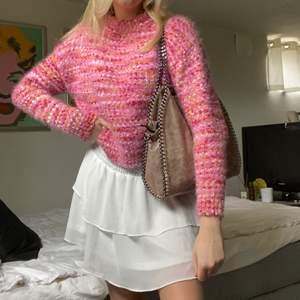 Säljer denna fina stickade tröjan som jag nyligen köpt secondhand! Jättefint skick och så sjukt skön😩💞🌺 perfekt till sommaren! Skriv vid frågor eller funderingar! Storlek S 💓 om många är intresserade kommer jag starta en budgivning