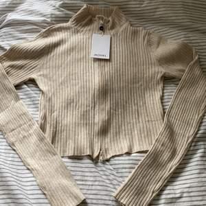 ribbad zip tröja från monki, slutsåld på hemsidan. aldrig använd, lappen kvar! nypris: 250kr mitt pris 60kr + frakt :)