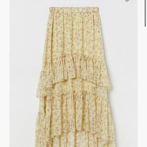 Söker denna kjol! Kontakta mig om du har en eller känner någon som kan tänka sig sälja 💝