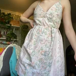 """En klänning jag sytt själv med tyg jag köpt secondhand. Eftersom det är hemmasydd är den liksom inte """"perfekt"""". Jag har lagt ner mycket tid på den men får ingen användning av den. Frakt tillkommer ❣️"""