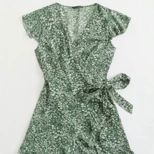 Grönblommig klänning säljes för 80kr + 30kr i frakt. Passar storlek S. Oanvänd.