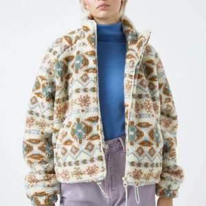 Mysig fuzzy jacka🐻 Köpt i vintras från Pull&Bear, knappt använd pga inte min stil. Kan mötas upp i centrala gbg, annars står köparen för frakt☺️