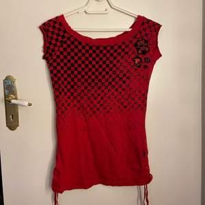 Säljer denna coola off-shoulder tröjan som ger lite 2000s vibes! Bra skick & swipa för detaljer! ❤️ DM vid frågor osv!