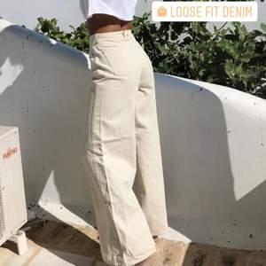 Oversized jeans från NLY trend i stl 34, men skulle säga att de sitter mer som 36.  Jensen är i  färgen OFFWHITE. Endast testade så i gott skick. Skriv för fler bilder💘 (Bild 1 är lånad).  säljer för 250 kr, inklusive frakt.