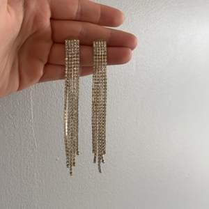Säljer nu dessa snygga glittriga örhängen som jag använde på nyår förra året.😍 Dom är i bra skick och passar perfekt till nyår eller någon annan tillställning där man vill skina extra mycket!✨