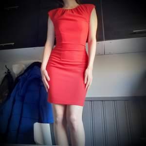 Ursnygg röd klänning i en classy tidlös modell! Inköpt på HM för flera år sedan!❤Fint skick och slits därbak vilket ger klänningen det lilla extra! Kommer ej till användning för min del längre och säljes därför. Frakt: 66:- Spårbart