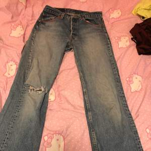 Gamla levis jeans. Ganska stora hål på rumpan går att laga om man vill men jag tycker de är coolt. Högmidjade. Väldigt mjuka och sköna