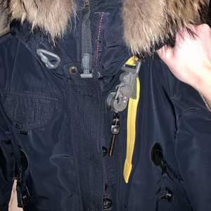 Fin parajumper som är i gott skick, använd men fortfarande fin! säljer pga att den var hänger och inte kommer till användning.