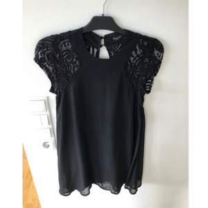Helt ny klänning från sisters point strl XS Schiffong med spets i rygg och axlar  Fint med ett skärp till i midjan.