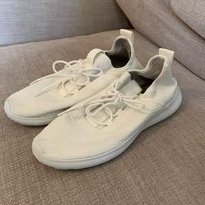 Nya vita skor utan fläckar strl 40