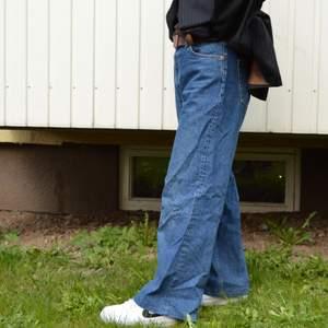 Blåa raka jeans från monki. Uppsydda efter mig som är 160cm. Supersnygg passform