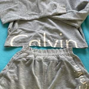 Ett Calvin Klein, pyjamas set. Lite urtvättad men ändå bra skick. Kontakta privat för mer information. Köparen står för frakt. 👙