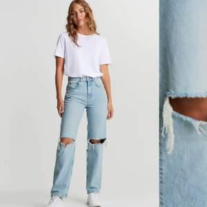 Säljer mina jeans från gina tricot i storlek 32. Tyvärr dom kommer inte till användning. Bra skick. Själv är jag en 163 cm och det går ner till hälarna. Köparen står för frakten. Orginal pris: 499kr Mitt pris: 229kr
