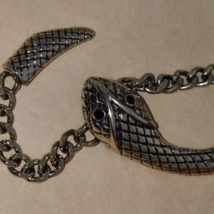 Helt nytt halsband köpt på glitter, nypris 149kr. 70kr + frakt står inte för postens slarv. Är guldfärgat