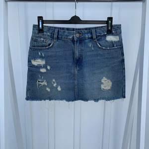 Fin jeanskjol med slitningar från Zara som trots användning är i fint skick. En riktig favorit som passar till det mesta.
