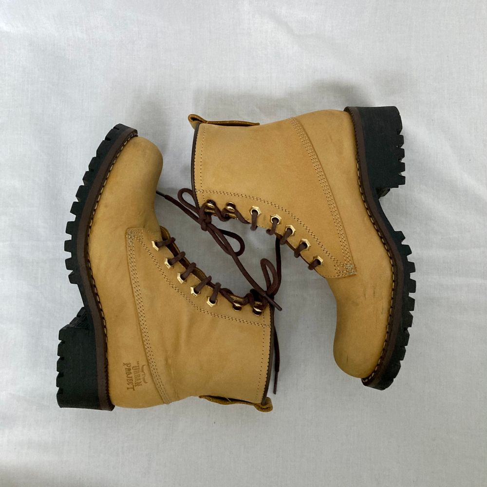 """🌊 WONDERFUL YELLOW / TAN NUBUCK LEATHER BOOTS, """"VICTORY"""" FROM URBAN PROJECT. BROWN LACING & WATER REPELLENT. SLIGHT FLAWS ON FRONT  • SIZE - EU 37 / UK 4 / US 6.5 • BRAND - Urban Project • MATERIAL - Nubuck Leather (made in spain)   y2k 90s 80s 70s 60s spring summer sunny autumn winter grey brown white black crop top tshirt strap shirt blouse jumper polo cape coat bolero orange yellow jacket sparkly party evening green grey silver gold velvet knit vest sweater v neck skirt bottoms pants jeans shorts shows acne studios eytys shoes boots heels mules autumn moon boots moonboots knee high skor kängor klackar vinter vinterkängor timberland timbs brun. Skor."""