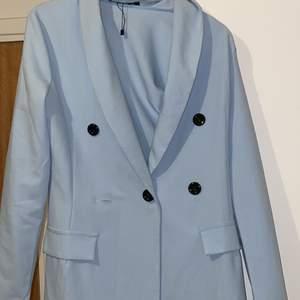 Kavaj som även kan bäras som en klänning använd endast en gång superstilig