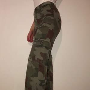 Kamouflagebyxor med fickor på sidorna. Säljer eftersom de är lite små för mig. De är lite korta i benen (för min smak) som du kan se på sista bilden, jag är 161. De är väldigt bra skick.