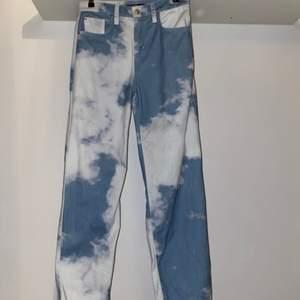Säljer mina Cloud Print Skate Fit Jeans. Köpta från jadedldn.com för 840kr+frakt. Helt oanvända då de var för små, etikett och fraktsedel finns sparade. Slutsålda i denna storlek på hemsidan. Priset är förhandlingsbart. Köparen står för eventuell frakt.