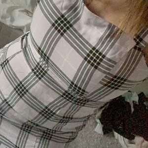 Säljer pga jag trivs inte i klänningar. Strl M men skulle säga att den passar S också. Pris går att förhandla om. Köparen står frakt
