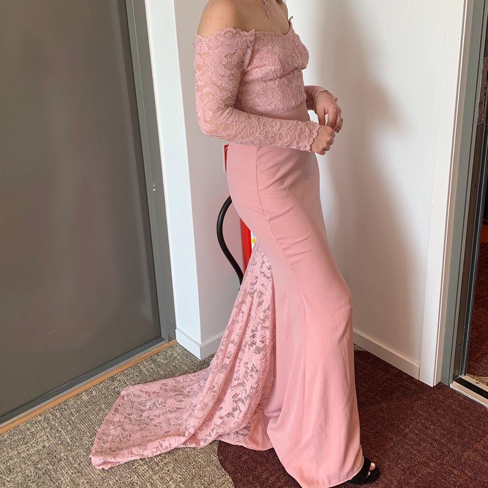 Rosa offshoulder långklänning med släp, i tjockt material alltså inte genomskinlig alls! Saknar lapp men uppskattar den till XSmall. Perfekt till bröllop, bal eller annan fin tillställning🌸 Endast använd 1 gång, fint skick. Säljer för 180kr inkl frakt✨. Klänningar.