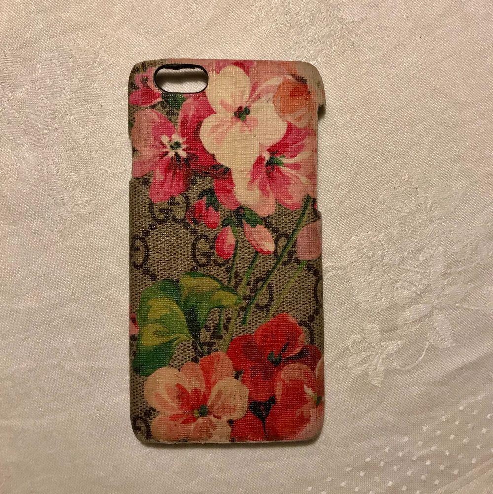 Så fint skal till iPhone 6 eller 7 från Gucci. Väl använd. Köpt för 2200 kronor. Kan posta eller mötas upp i Stockholm 💖. Accessoarer.