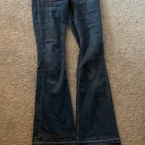 INTRESSEKOLL PÅ DESSA JEANS!!! Lågmidjade bootcut jeans med många egengjorda brodyr! Finns fler brodyr som inte kom med på bilderna💞 Hör av er vid frågor eller för fler bilder.