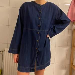 Fin klänning i jeans i storlek 42, men sitter snyggt oversize om du har mindre storlek. Den är i mycket fint skick. Kan posta eller mötas upp i Stockholm💖