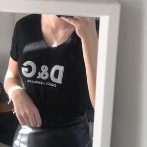 Svart Dolce&Gabbana tröja. Vet inte om den är äkta eller fake därav priset. Den är i så bra skick! Frakt 42kr.