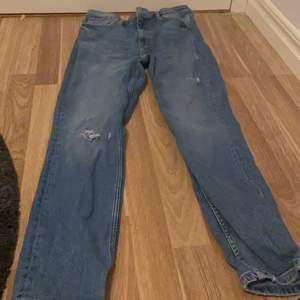 Blåa tajta jeans med slitningar från ginatricot, säljs pga för stora för mig. Skriv gärna privat om ni har några frågor eller vill köpa💙