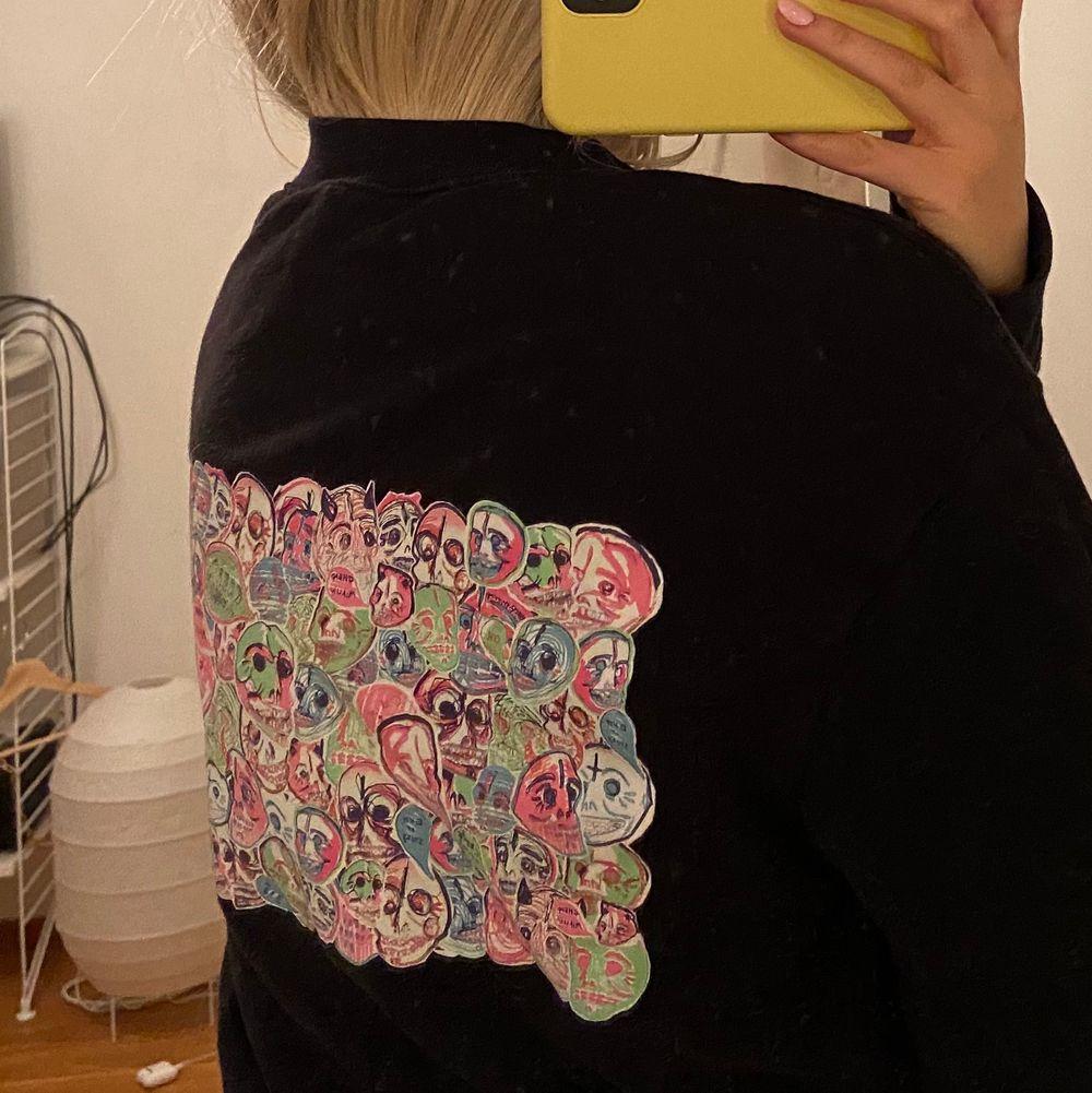 Asball sweatshirt från Cheap Monday. Stor i storlek så passar XS-M då den är i herrmodell. Nypris 500kr. Väldigt bra skick! 💘 köparen står för frakt . Tröjor & Koftor.
