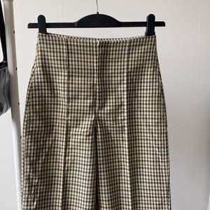rutiga kostymbyxor från urban outfitters i storlek XS