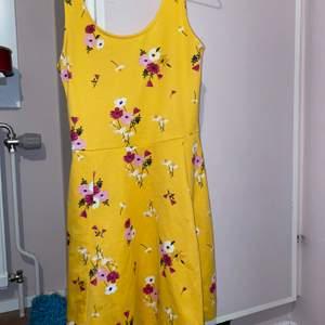 Säljer en gul, blommig klänning från H&M i storlek 36. Jättefin inför sommaren. Endast använd 1 gång