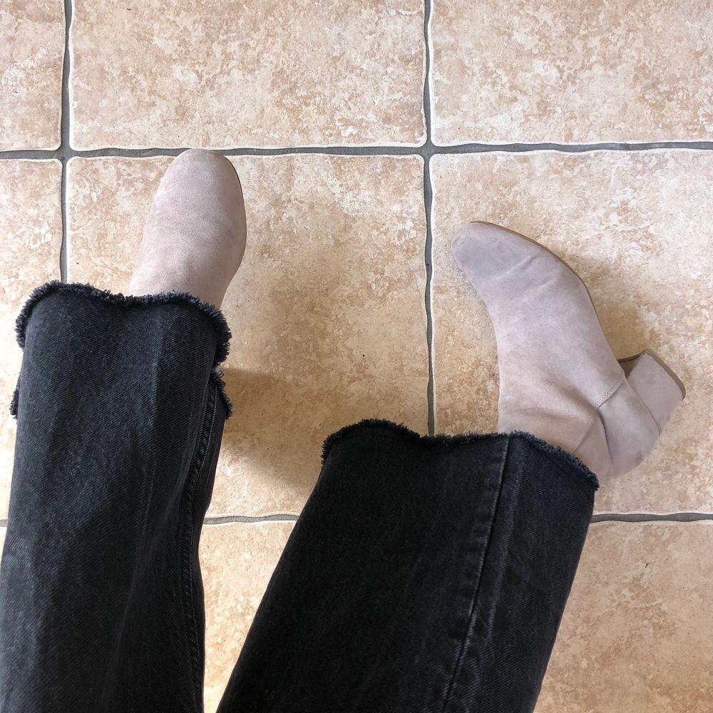 Vår fräscha stövletter som framförallt är väldigt bekväma!! Köpta på Din sko för något år sedan och har används fåtal gånger sedan dess. Storlek 38 ♻️. Skor.
