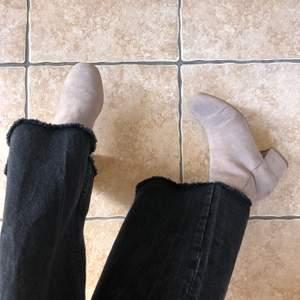 Vår fräscha stövletter som framförallt är väldigt bekväma!! Köpta på Din sko för något år sedan och har används fåtal gånger sedan dess. Storlek 38 ♻️