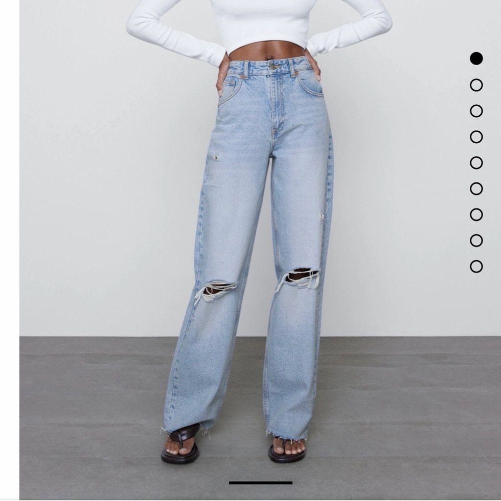 Säljer dessa jeans från Zara då jag har andra som jag använder mer! Storlek S men är väldigt liten för en S, passar mig som brukar ha XS. Avklippta för att passa mig som är 160 cm🤍Frakt tillkommer på 66 kr!. Jeans & Byxor.