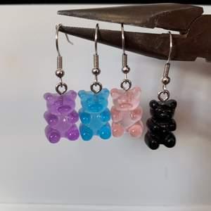 Säljer dessa söta örhängen. Färgerna ser ni på bilden, finns i orange också. ROSA ÄR SLUT!! 25kr inkl frakt, passa på. Kontakta mig vid intresse!💜