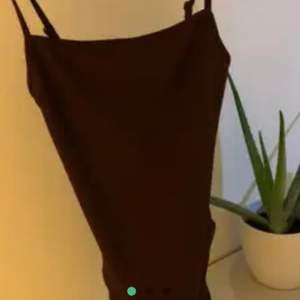 body linne från bikbok, i storlek xs och den är helt ny med prislapp!! sitter ungefär som sista bilden fast annan färg!