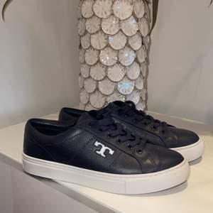 Ett par Tory Burch sneakers i skinn,  i färgen navy, inköpta för ca 1 år sedan för 1999kr, säljer för 1100 + frakt💞