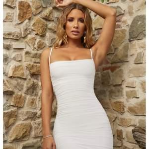 Sjuukt snygg klänning som sitter som en smäck och formar kroppen. Använd 1 gång, från ohpolly i storlek 34/36
