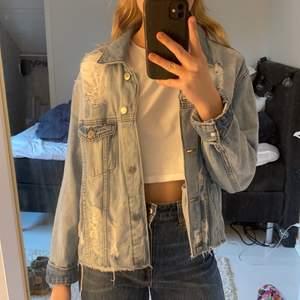 Riktigt fräck jeansjacka från H&M med hål i. Storlek 34 och den är oversized så passar även 36! Riktigt bra skick och sparsamt använd. Köpare står för frakt😊