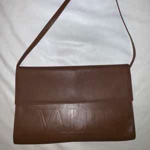 100% äckta Valentino Garavani axelväska. Köpt i Italien. Har lite märken på insidan men ser ut som ny utifrån. Kvitto finns ej men den har äkthetsgaranti med köpnummer.