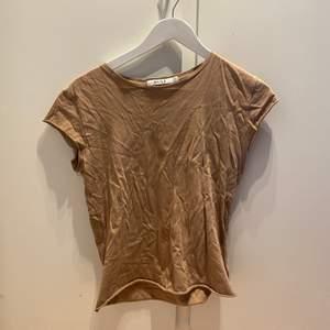 Begie T-shirt från Nakd, aldrig använd, tunt material. Storlek S.  100 med frakt.