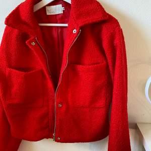 Så snygg jacka nu till våren, röd med lite lurvigt material!!