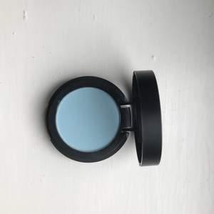 Isblå/ljusblå ögonskugga från Make up store. Färgen heter atelier. Använd två gånger, så är i princip som ny - var tyvärr inte min färg :)